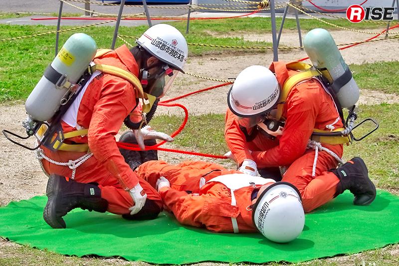 救助隊による救助大会種目の訓練展示披露。