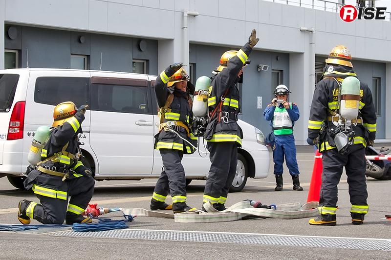 新任職員による火災対応の訓練展示披露。
