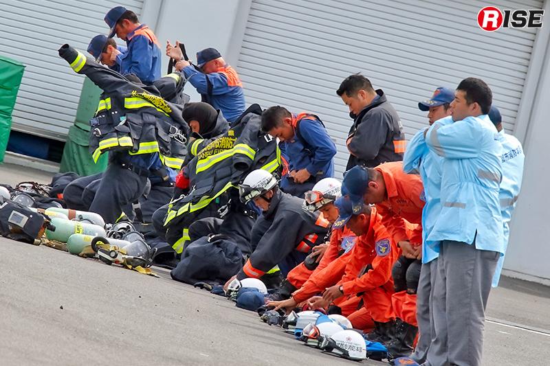 震災対応を想定した消防演習。入電と同時に装備の着装を行うところから展示された。