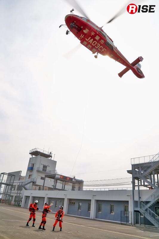 災害多発につき、まずは消防ヘリにより隊員が投入される。