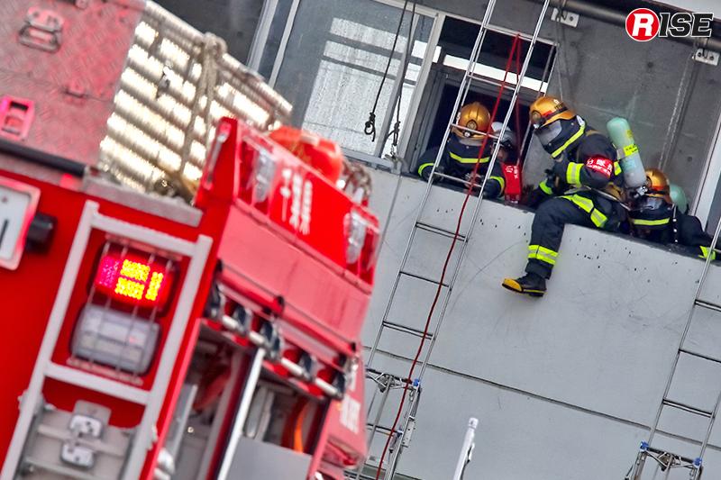 歩行不能の要救助者を応急はしごにより救出する。