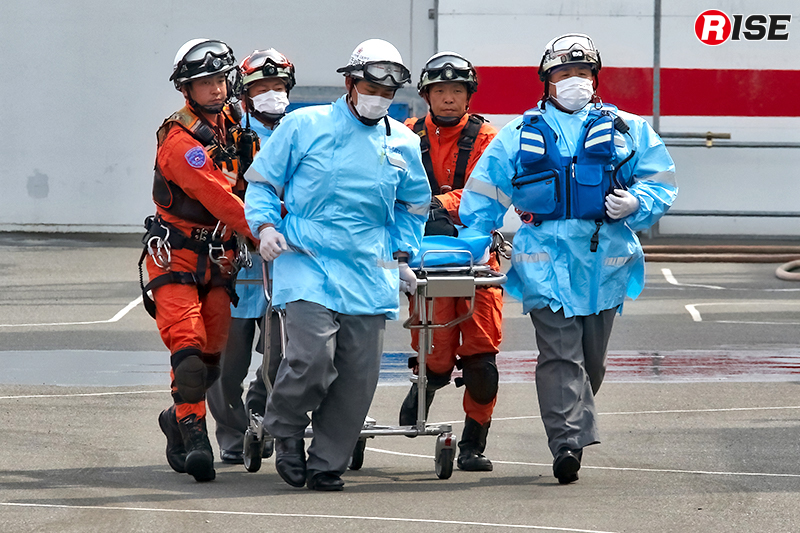 救出された要救助者が救急隊に引き継がれる。