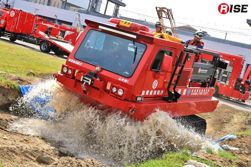 隊員らを乗せた中型水陸両用車が高い走破性を活かし孤立エリアに進入する。