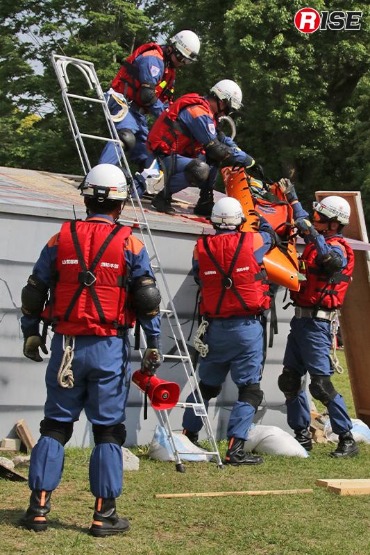 倒壊建物から要救助者が救出される。