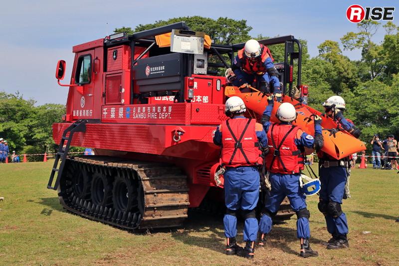 救出された要救助者を中型水陸両用車に収容。