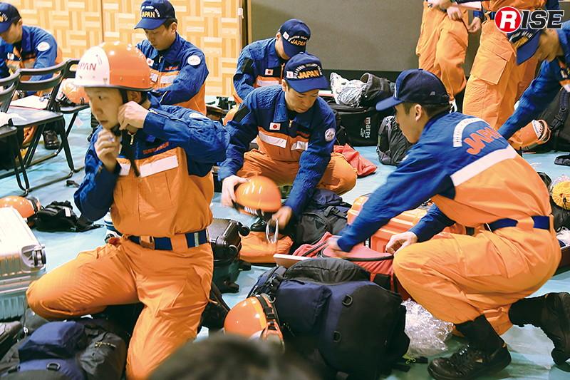 集結した隊員らは活動服に着替え、メディカルチェックを受ける。