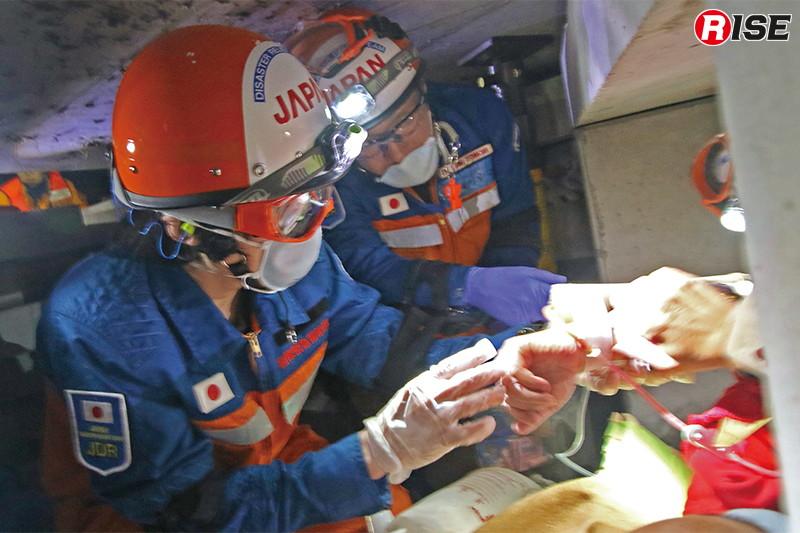 救出に時間を要する要救助者に対し、医療隊員により輸液が行われる。