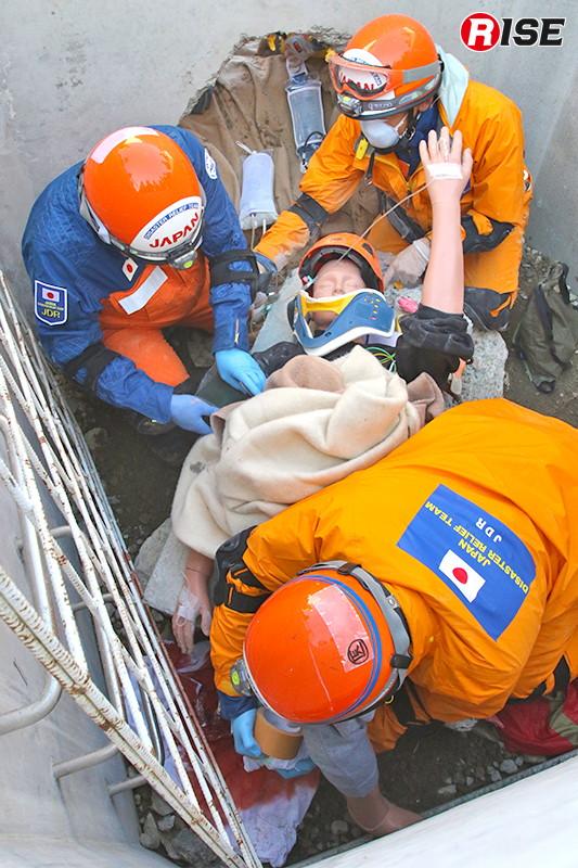 四肢切断に近い状態の要救助者に対応するため現場随行の医療班員と救助隊員がサポートし、メディカルマネージャー自らが処置にあたる。