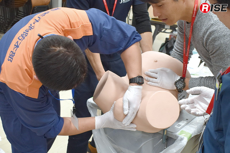 リアルなマネキンを用いた分娩介助手技の訓練。