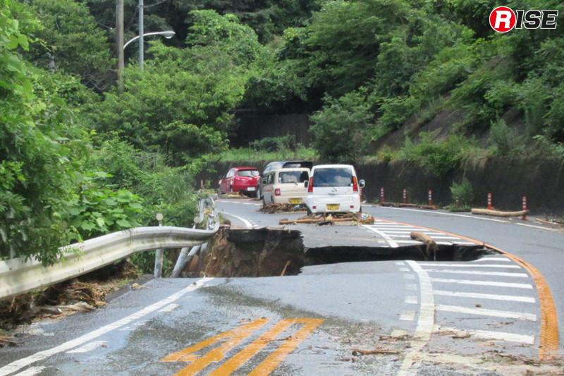 1年前:県道34号線。土砂流出により路面が崩落している。