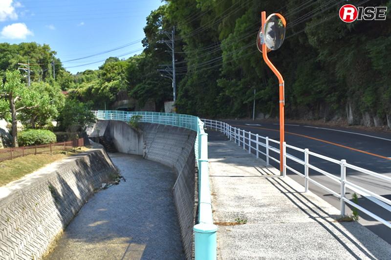 1年後:ガードレールやカーブミラーが復旧され、川の水量も穏やかになっている。