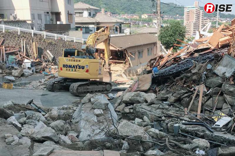 発災直後:水が落ち着くと、コアストーンや多数の石が姿を現す。重機によりこれらや倒壊家屋を撤去した。