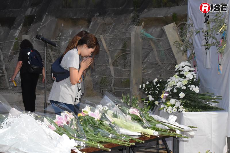 梅河団地では献花台が設けられ、遺族や地域住人らが白い菊などを手向けた。