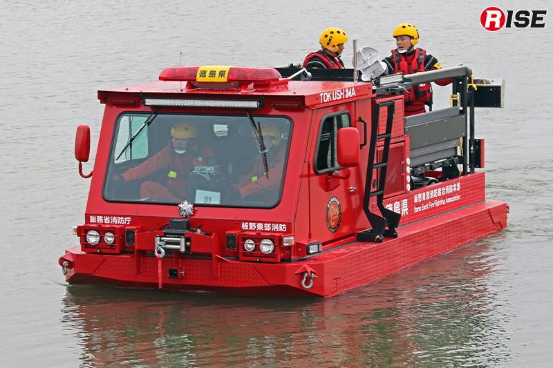 中型水陸両用車は5.6km/hで水上航行可能。