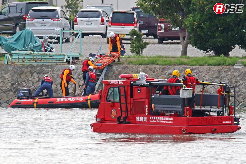 水底に瓦礫があるとの想定で接近可能なウレタンボートと中型水陸両用車が対岸からの救出を行う。