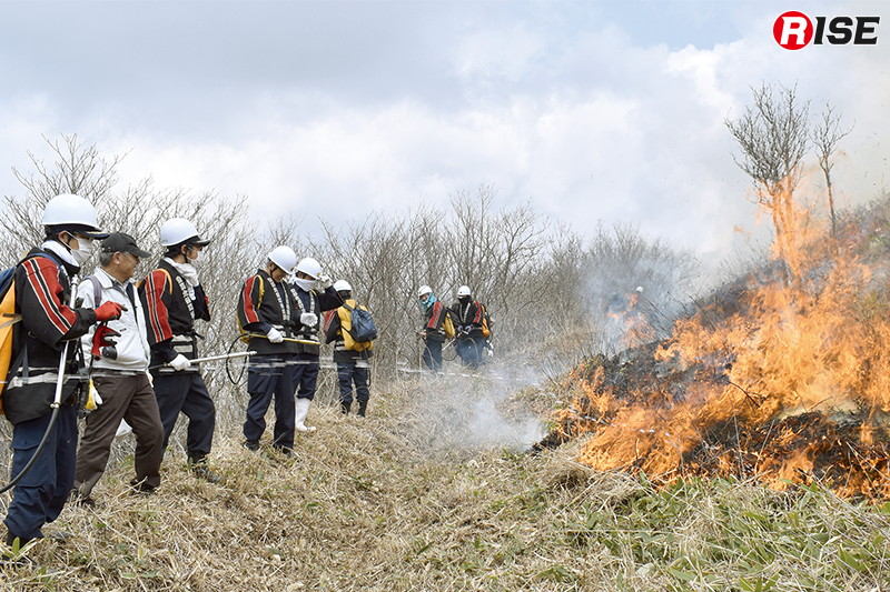 防火帯の際で炎を待ち受ける団員達。