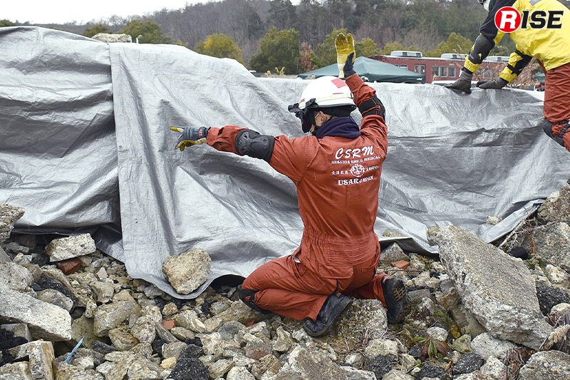 シナリオステーションでは瓦礫の上に遮光シートを被せ完全なる狭隘暗所空間を再現して行われる。