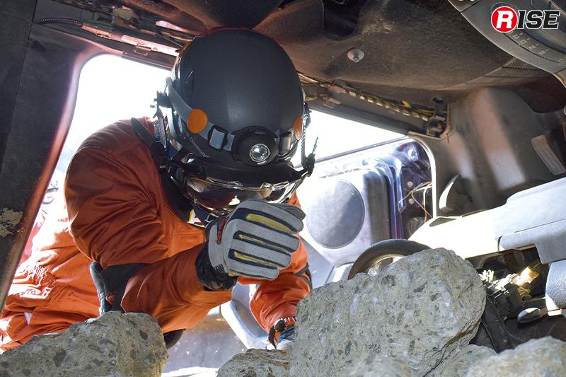狭隘空間活動として瓦礫内での行動を学ぶ。