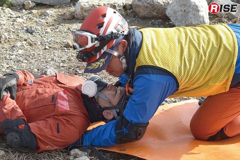 スケッドストレッチャーへの傷病者収容。