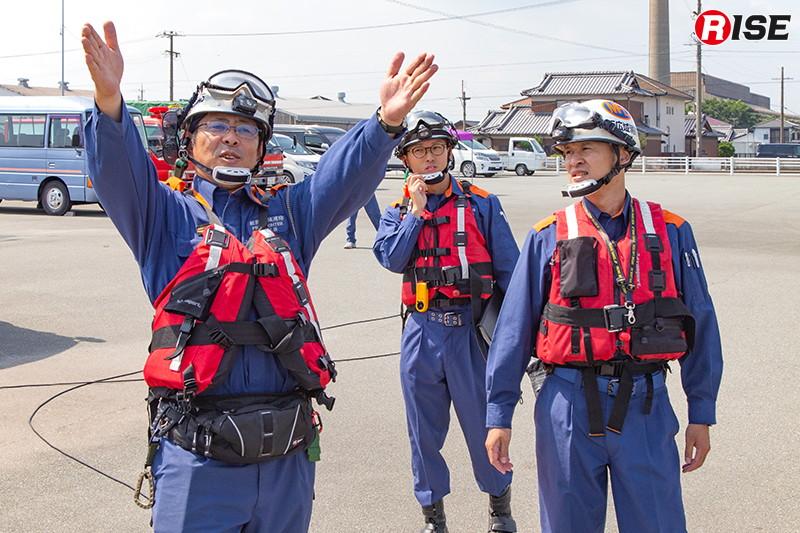 パイロットや安全監視者によりフライトプランの打ち合わせを行う。