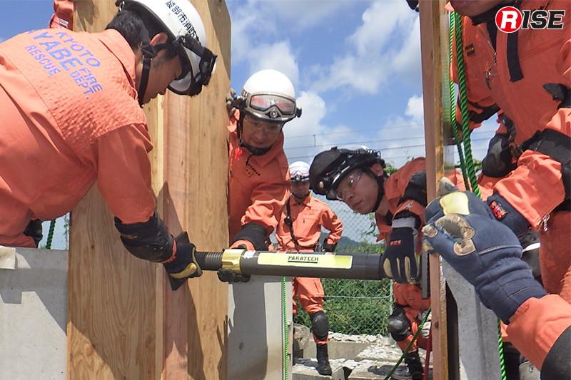 救助用支柱を活用したトレンチレスキューの訓練。