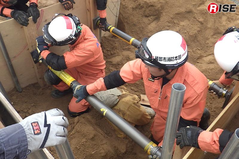 締めくくりとして、土砂崩れにより倒壊した家屋内に負傷者がいるという想定のもと訓練が実施された。