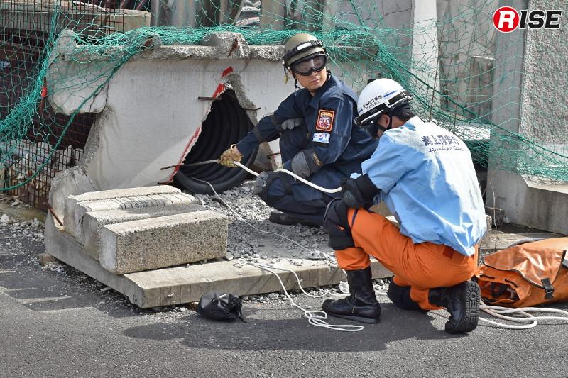 【防災ヘリ・救助犬デモンストレーション】救出活動には第八管区海上保安部美保基地所属の機動救難士も参加して実施。