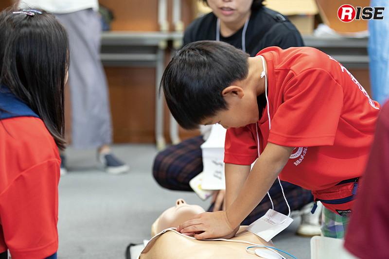【子どもメディカルラリー】心肺蘇生法などを実際に行い命を救う術を楽しみながら学んだ。
