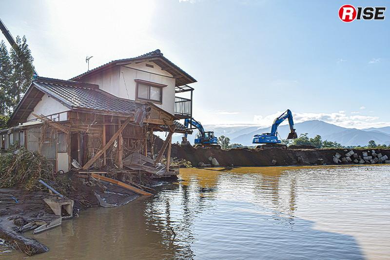 決壊場所直近の住宅はえぐられる様に1階部分が破壊され、当時の水の勢いを物語る。