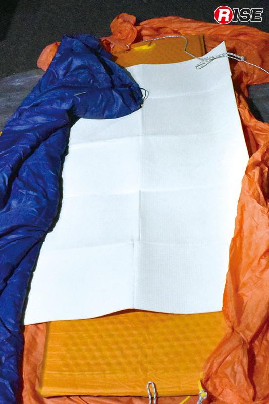 担架に保温材を重ねて使用する例。