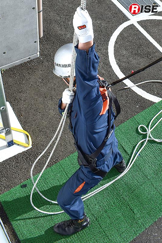 ロープを掴み、スタートの合図を待つ。