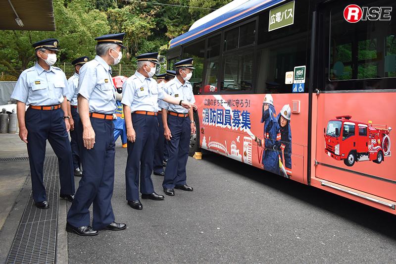 運行開を前に各消防団長にお披露目した際の様子。