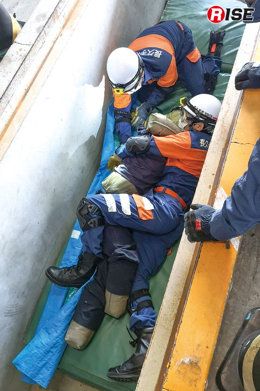 【長久手市/瓦礫救助想定】車庫のピットを活用したCSRの訓練。団員が進入隊員を体験する。
