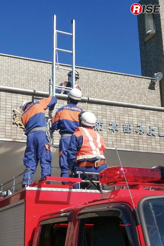 【みよし市/高所救助想定】車載二連はしごでは高さが足りない場合を想定し、車上伸梯を実施。