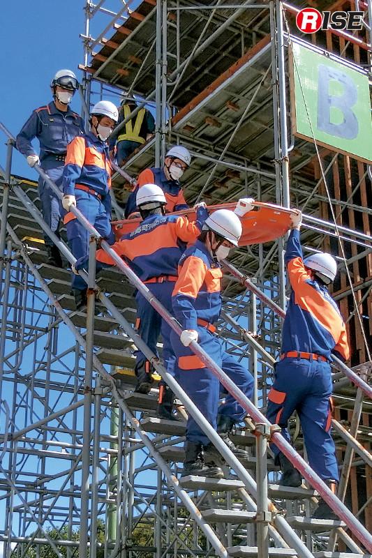 【東郷町/高所救助想定】高所対応として様々な手法での救出を実施。要救助者の体位に注意して慎重に救出を行う。