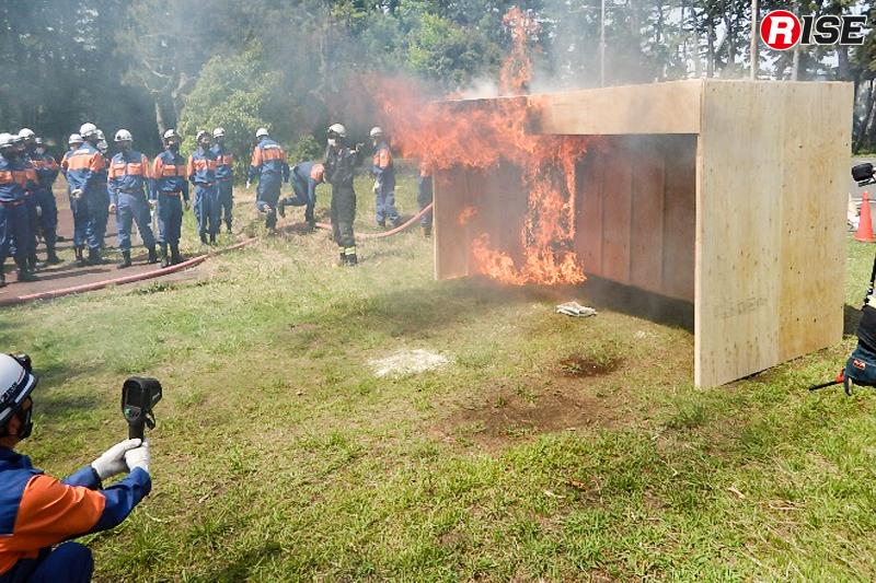 模擬家屋による訓練の様子。(写真提供:焼津市消防団)