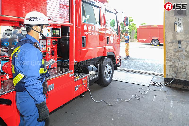 ケーブルにより一般的なAC100V電源と接続することで充電を行える。