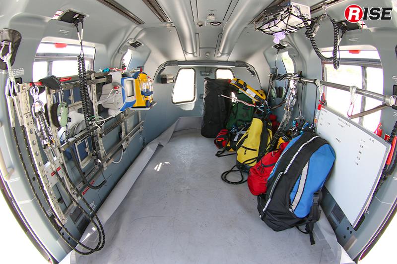 通常機内は救助モードとして座席などを外してある。壁面には収容した要救助者に対応するための救急資器材が並ぶ。
