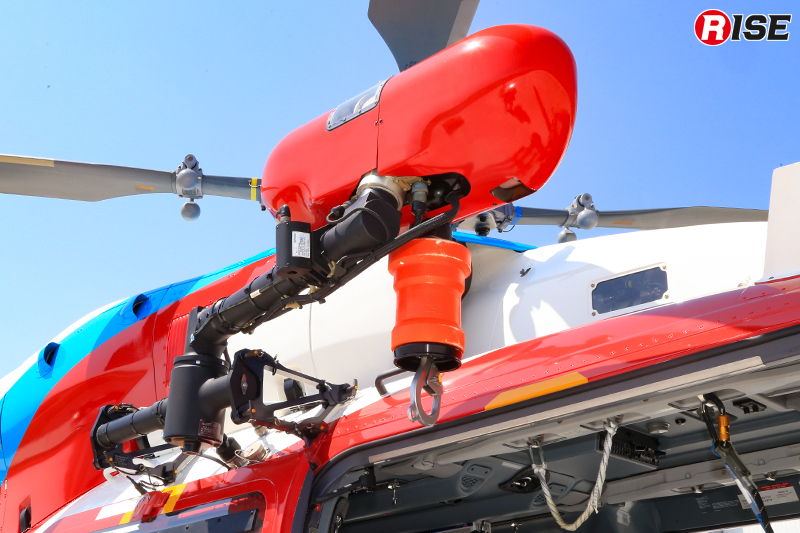 ホイスト装置。隊員の昇降や要救助者の吊り上げ救助に活用する。最大ホイスト荷重249kg、ケーブル長90m。
