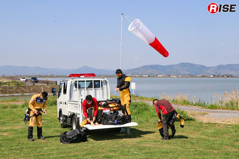 訓練会場に先行した陸上班が訓練準備を行う。