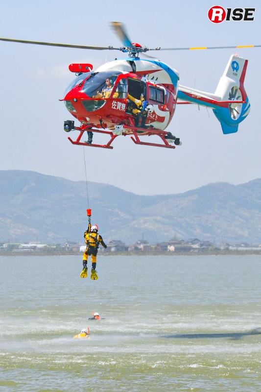 水難救助を想定した吊り上げ訓練。通常の半分以下といえる20ftでの対応を試し、水面環境の悪化などを体感した。