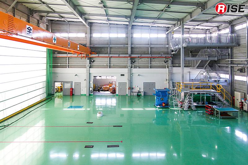 格納庫には訓練棟を備え、シャッターは震災時の変形などが起きぬよう柔軟性のある特殊素材を採用している。