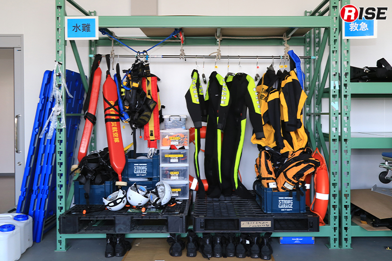 資機材倉庫には消火・水難救助・救急など災害種別ごとに資器材を用意。必要に応じて載せ替えを行う。