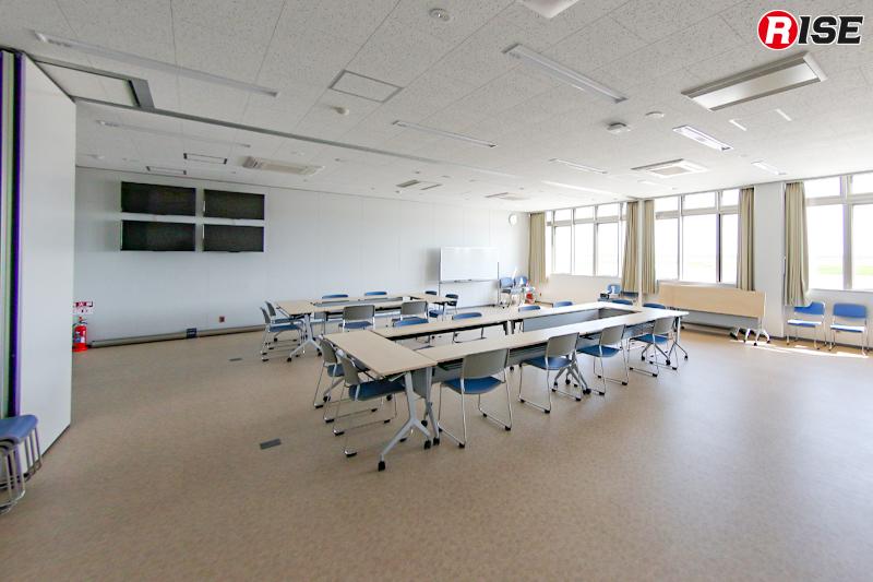 災害対応時のブリーフィングルームとして活用できる大きな会議室。