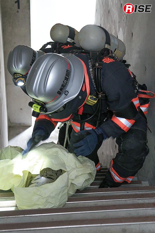 内部進入開始。階段にて要救助者を発見し、救出を図る。