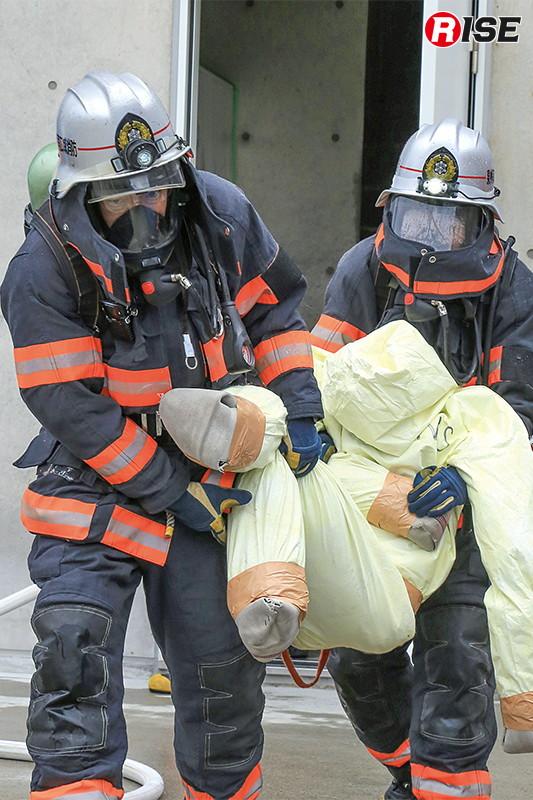 救出した要救助者をストレッチャーに収容。