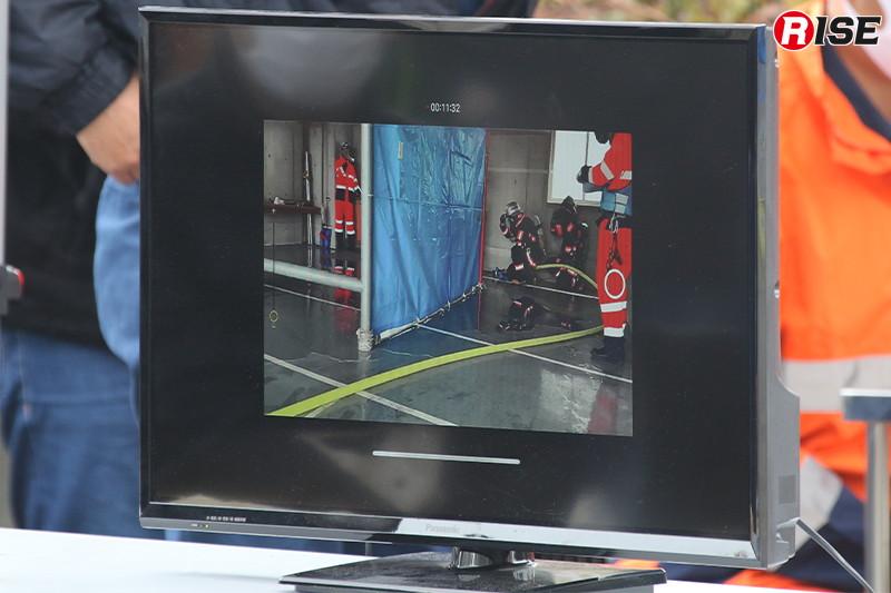 建物内の活動は見学者にも見えるよう映像中継された。