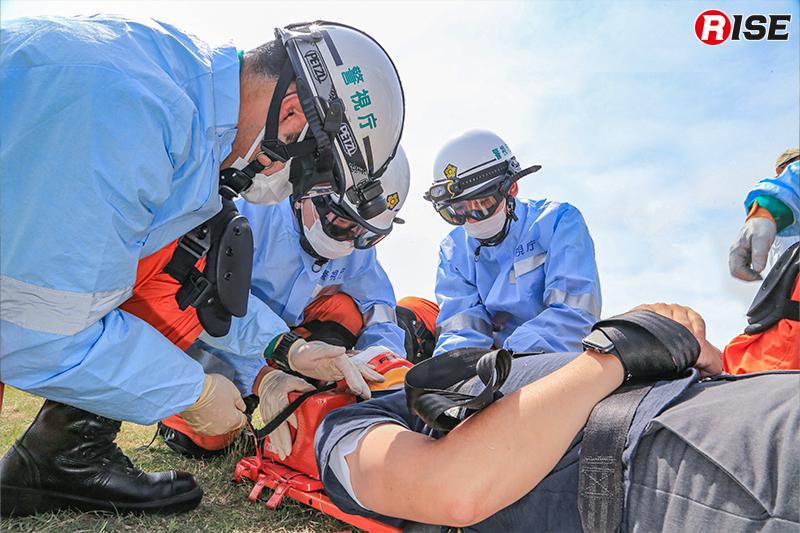 【多重衝突事故現場における道路啓開・救出救助訓練】救出した要救助者をバックボードで固定し、搬送を行う。