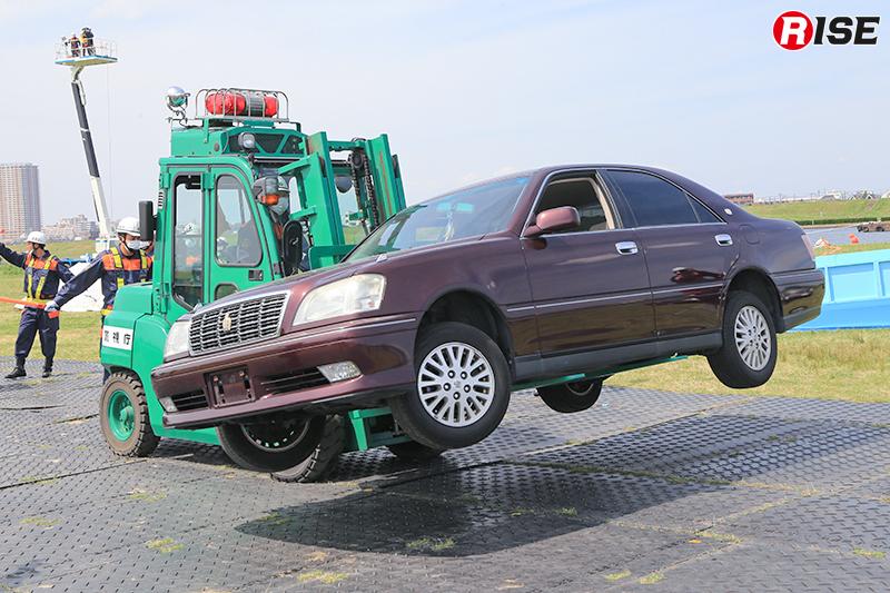 【多重衝突事故現場における道路啓開・救出救助訓練】救出が完了した事故車両はフォークリフトにより移動し道路啓戒を実施。