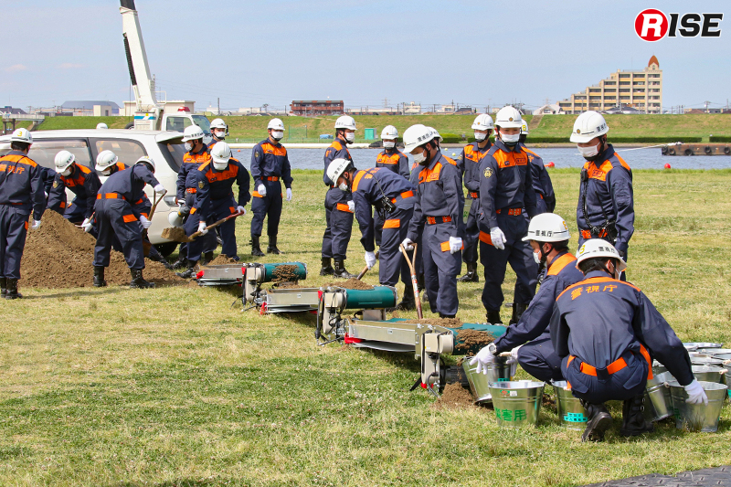 【土砂崩落現場からの救出救助訓練】土砂の排出にはベルトコンベアが活用される。